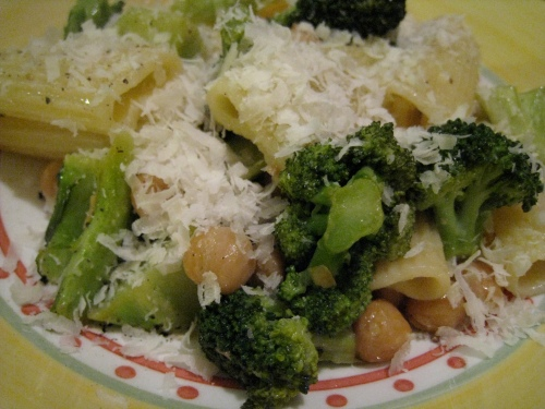 Lemony Rigatoni w/ Chickpeas & Broccoli